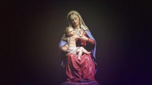 figurka przedstawiająca postać matki boskiej